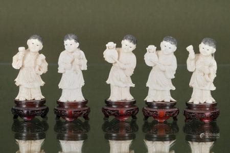 Chine  - 5 fillettes aux instruments de musique En ivoire sculpté, gravé et [...]