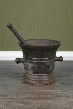 Grand mortier et son pilon En fonte de fer à anses latérales et corps [...]