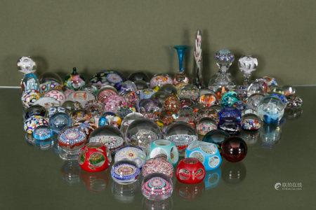 Baccarat, Daum, Murano et divers  - Collection d'environ 105 boules presse-papiers [...]