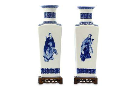 A pair of late 20th Century Chinese blue and white vases