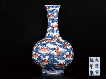 青花矾红蝠云纹赏瓶