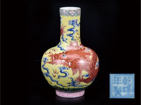 粉彩矾红龙纹小天球瓶
