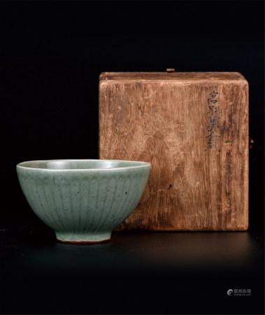 龙泉窑暗刻缠枝牡丹纹碗 海外回流