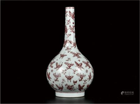 釉里红花蝶纹胆瓶