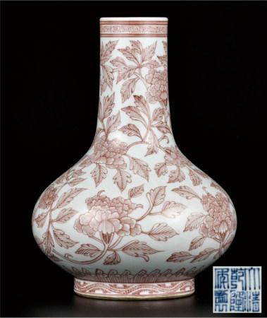 釉里红缠枝牡丹荸荠瓶