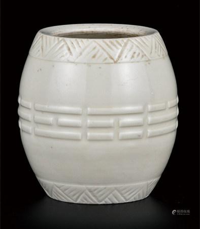 德化窑白釉八卦纹莲子罐
