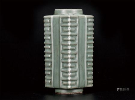 龙泉梅子青琮式瓶