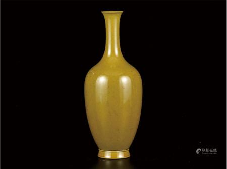 黄釉长颈瓶