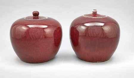 Paar Ingwertöpfe, China, 19. Jh. Monochrome, ochsenblut-Rote Glasur mit leichtemFlambé-Effekt.