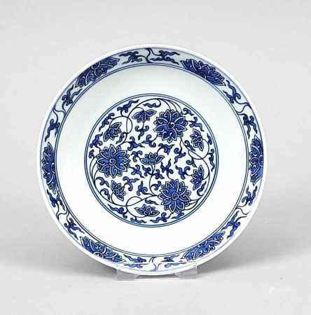 Kleiner Teller mit Lotos-Dekor, China, 1. H. 20. Jh. Dekor in Kobalt-Blau (Unterglasur),