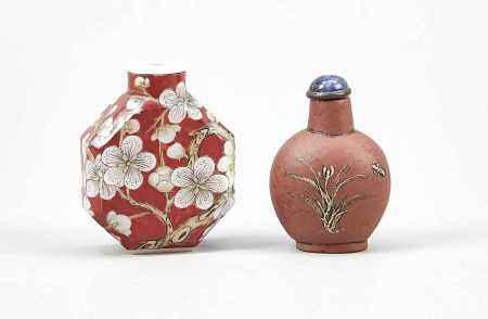 2 Snuffbottles, China, wohl 19. Jh., 1 x Pekingglas mit Blumenmalerei auf eisenrotem Fond,unter