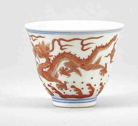 Kleines Weinschälchen, China, 20. Jh. Außenwandung mit sehr feiner, eisenroter Malerei miteinen