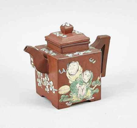 Yixing-Teekanne, China, 19./20. Jh. Würfelform mit angesetztem Henkel und Tülle. Lustigerfigürlicher