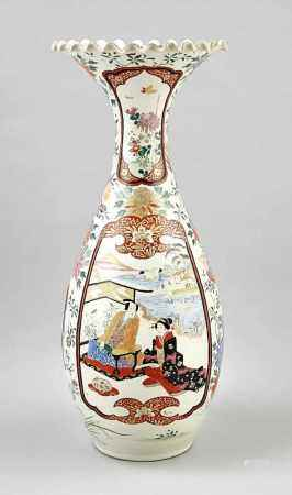 Große Imari-Flaschenvase, Japan, um 1900 (Meiji-zeitlich). Trompetenhals mit gewelltemLippenrand.