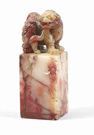 Specksteinsiegel, China, 19./20. Jh. Bräunlich-roter bis milchig-weißer Speckstein mitÄderungen.