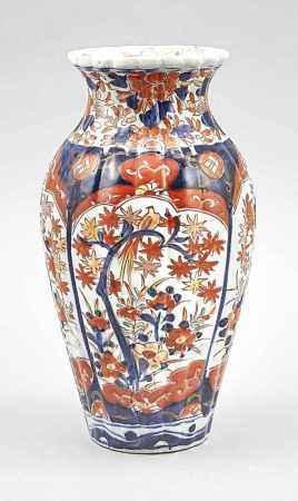 Imari-Vase, Japan, 18./19. Jh., Balusterform mit geribbter Wandung. Stiltypischer Dekor