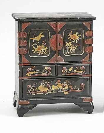 Miniatur-Schmuckkommode, China, um 1900. Schwarzer Lack auf Holzkern. 2 Türen und 3Schübe.