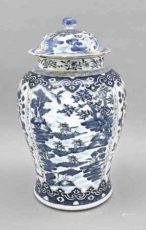Deckelvase, China, um 1920. Kobalt-Blauer Dekor, Korpus unterteilt in 4 große Reservenalternierend