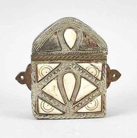 Gau/Reliquienbehälter, Tibet, 19. Jh., Kupfer, Silber und Knochen. Ber. und best., 14 x 10x 3