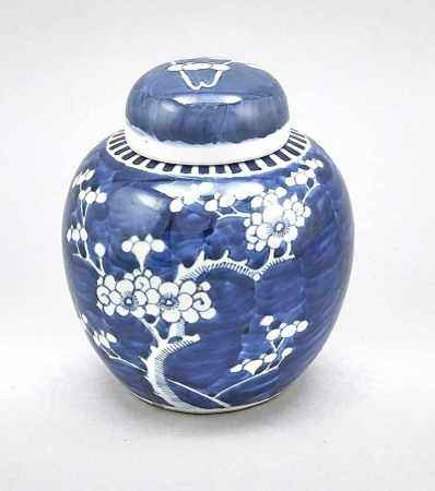 Ingwertopf mit Prunus-Dekor, China, wohl 19. Jh. Umlaufender Dekor mit blühendenPflaumenzweigen