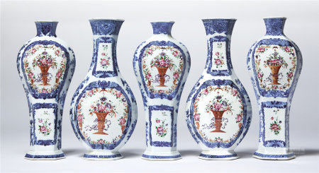 A FIVE-PIECE BLUE AND WHITE AND FAMILLE ROSE GARNITURE OF FLATTENED BALUSTER VASES