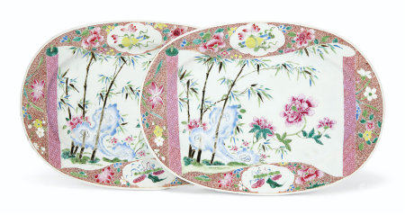 A PAIR OF FAMILLE ROSE OVAL DISHES