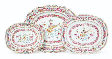 A SET OF THREE GRADUATED FAMILLE ROSE 'MUSICIAN' DISHES