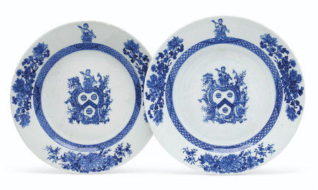 A PAIR OF BLUE AND WHITE ARMORIAL PLATES