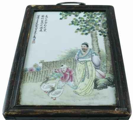 Chinees porseleinen plaquette met voorstelling van figuren in een landschapstuin, 20e eeuw - 30 x 20