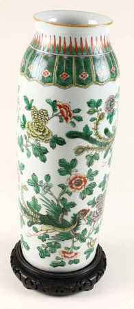 Famille verte vaas met florale motieven en griffioenen, China, circa 1900 - H. 44 cm -
