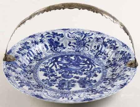 Licht geribde Chinees porseleinen schotel met blauw-wit floraal decor aan 2e gehalte zilveren