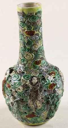 Dubbelwandige polychroom gedecoreerde chinees porseleinen vaas met reliëfdecor van de acht