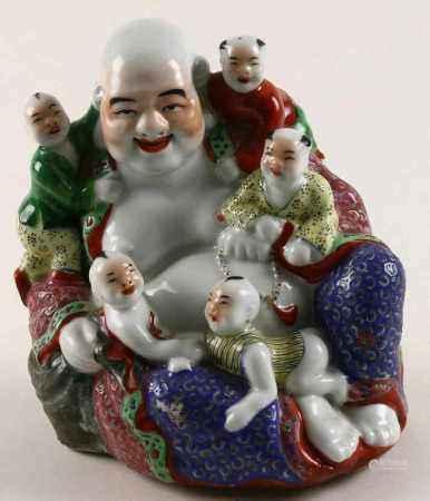 Polychroom gedecoreerde Chinees porseleinen Hottei met kinderen, vroeg 20e eeuw - H. 19 cm -