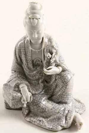 Blanc de Chine Guanyin met kind, eerste helft 20e eeuw, zegelmerk - H. 21 cm -