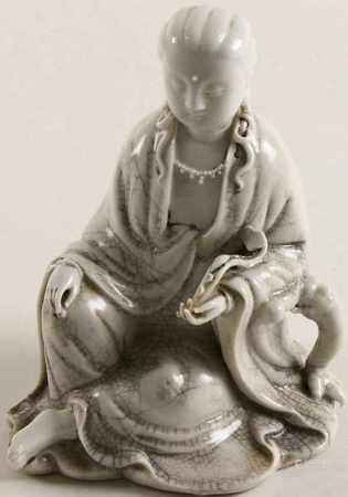Blanc de Chine zittende Guanyin met ruyiscepter, eerste helft 20e eeuw - H. 19 cm -