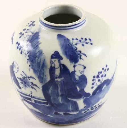 Chinees porseleinen bolvaasje met decor van figuren in landschapstuin, circa 1800 - H. 13 cm -