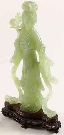 Jadeiet snijwerk van een staande vrouw met bloesemtak - H. 26 cm -