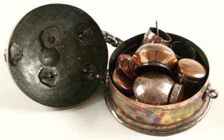 Koperen paandaan (betelnotendoos) met getorst hengsel, India, vroeg 20e eeuw - Diam. 16 cm -