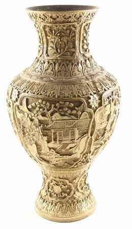 Koperen en faux lakwerk vaas met reliëfdecor van figuren en pagodes in landschap - H. 50 cm -