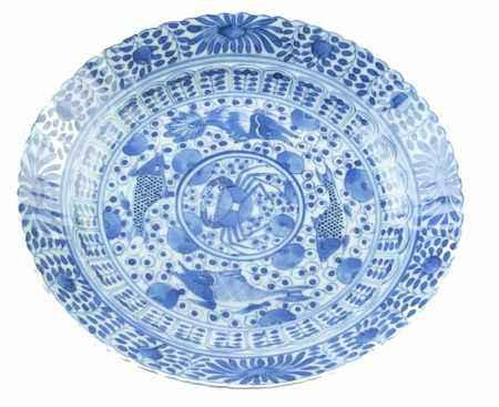 Chinees porseleinen schotel met blauw-wit vissen-, krab en peterseliedecor, Kangxi gemerkt, 19e eeuw