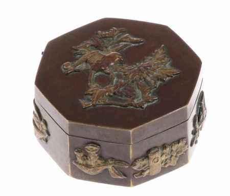 Zeszijdig bronskleurig messing dekseldoosje met applique van vogels, kostbaarheden, etc., Japan,