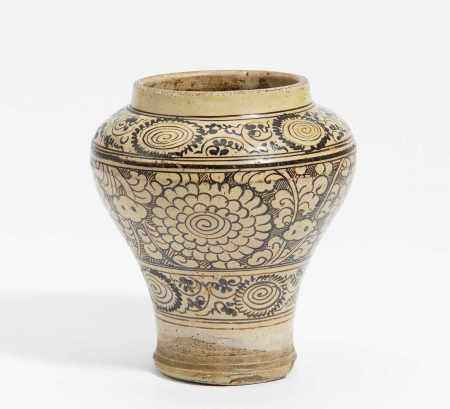 SMALL POT WITH CHRYSANTHEMUM.