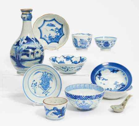 ELEVEN BLUE WHITE PORCELAIN PIECES.