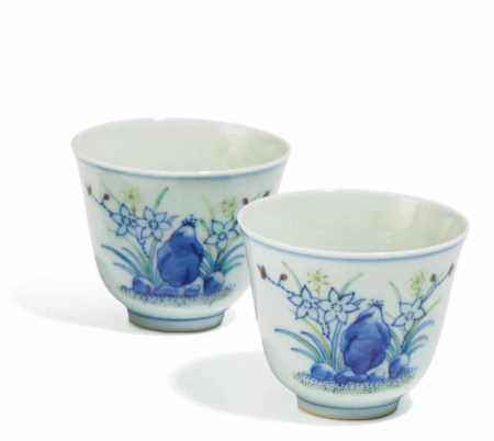 PAIR OF SMALL WINE CUPS WITH DAYLILIES.