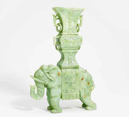 ELEPHANT WITH VASE WITH MOVEABLE RINGS ON HIS BACK.