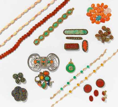 JEWELRY PIECES AND BUTTONS.