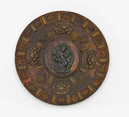 WOODEN DISH WITH BUDDHIST FIGURES AND MOTIVS.