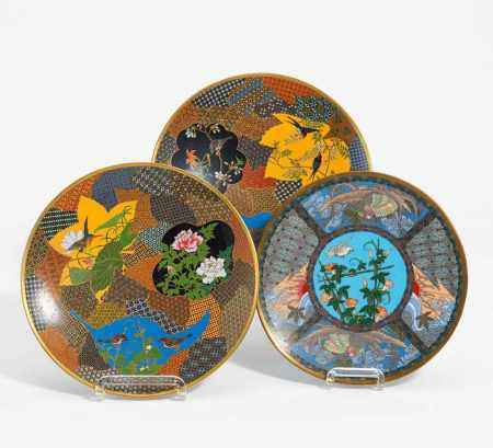 PAIR CLOISONNÉ DISHES WITH BIRDS. <
