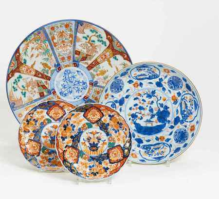 FOUR IMARI DISHES WITH FLOWER AND BIRD DECORATION.