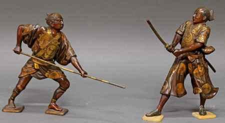 """Paar Figuren, """"Samurai"""", Japan, spätes 19. Jh., Bronze, patiniert, im Miyao-Stil, mit Lanze bzw. mit Schwert, die mitsu tomoe mon und Details der Gewänder dünn vergoldet, je mit Signatur, ca. 25-26 cm hoch, Altersspuren, auf späteren Holzständen montiert"""